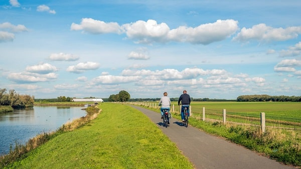 Personas paseando en bici