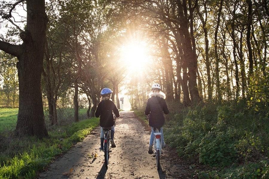 Niños en bicicleta aventura