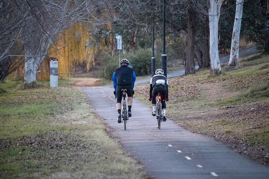 Padre e hijo en bicicleta